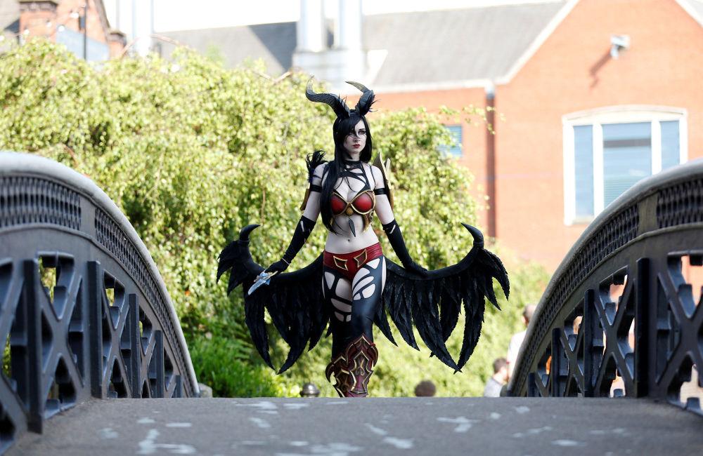 Competidora do concurso de cosplay posa para foto fora da arena, em Birmingham, na Inglaterra