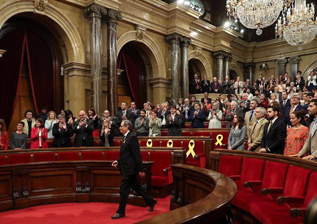 O recém-eleito presidente regional da Catalunha, Quim Torra, aplaudido por partidos pró-independência após posse no parlamento regional em Barcelona, Espanha, em 14 de maio de 2018