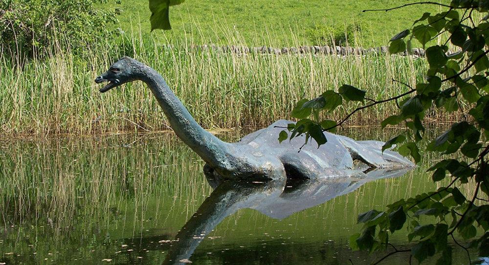 Nesta foto de arquivo de junho de 2006, uma réplica de monstro lendário do Lago Ness, Nessie