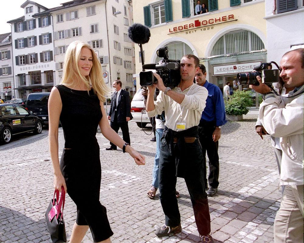 Modelo alemã Claudia Schiffer passeia pelas ruas centrais de Zurique, na Suíça, em 2000