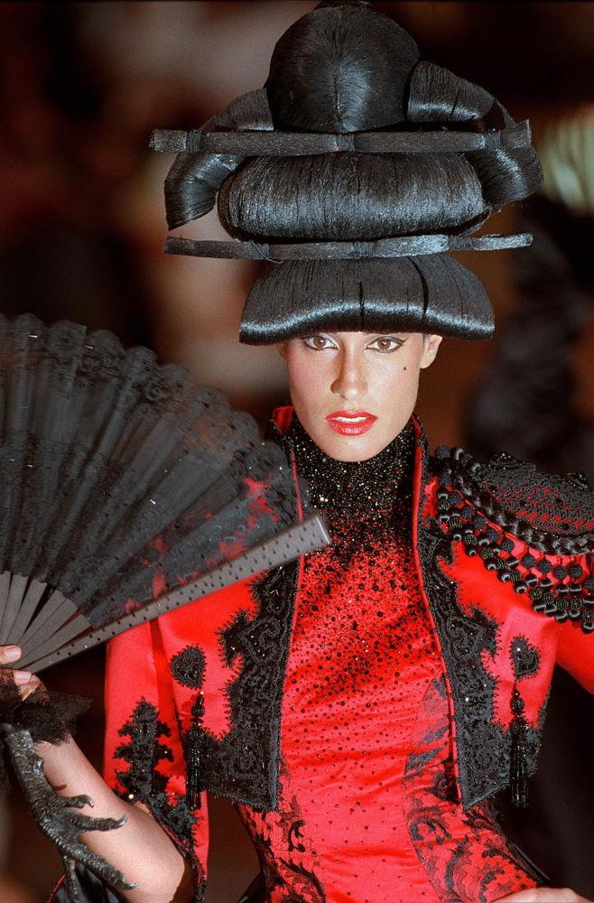 Modelo canadense Yasmeen Ghauri apresenta uma peça da casa de moda Givenchy desenhada pelo designer britânico Alexander McQueen, em 1997