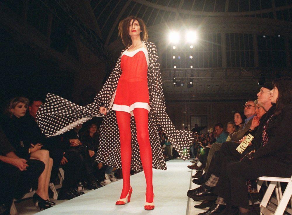Modelo Nadja Auermann vestindo uma peça do designer Wolfgang Joop, da coleção da marca JOOP!, em Nova Iorque, em 1995