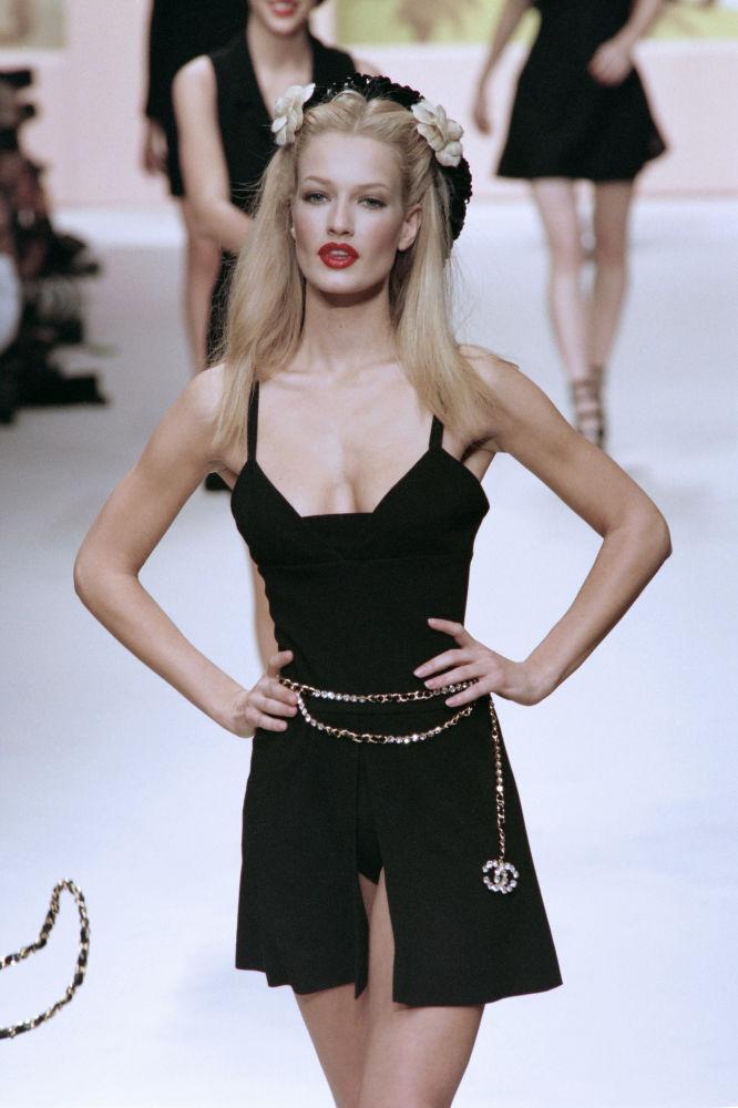 Modelo holandesa Karen Mulder apresenta uma peça do designer Karl Lagerfeld em Paris, em 1994