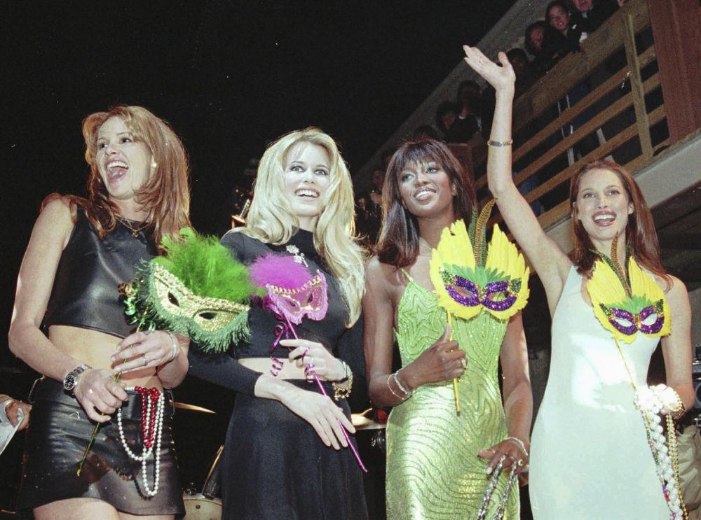 Modelos Elle MacPherson, Claudia Schiffer, Naomi Campbell e Christy Turlington participam da abertura do Fashion Café, nos EUA, em 1996