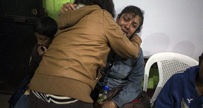 Ruth Rivas, que diz que tem duas crianças desaparecidas, é consolada por uma vizinha em um abrigo próximo ao Volcan de Fuego, em Alotenago, na Guatemala. O vulcão é um dos mais ativos da América Central, e entrou em erupção na noite do domingo (3).
