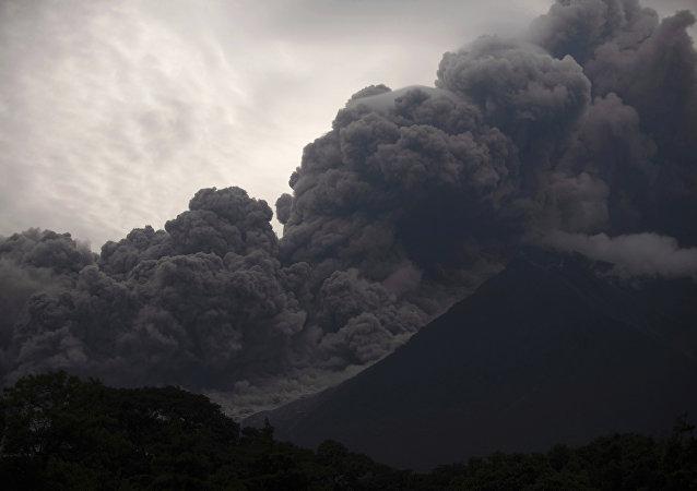 Imagem do Volcan de Fuego, na Guatemala, que entrou em forte erupção no domingo (3), deixando dezenas de mortos e centenas de feridos.