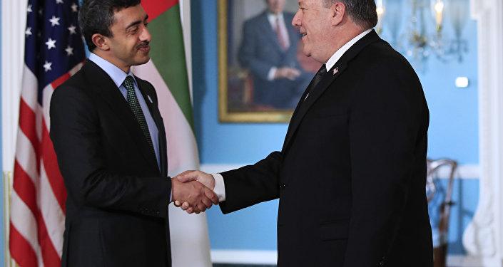Secretário de Estado dos EUA, Mike Pompeo, à direita, em encontro com o ministro de Relações Exteriores dos Emirados Árabes Unidos, Sheikh Abdullah bin Zayed Al Nahyan. O encontro foi realidado no Departamento de Estado, em Washington, no dia 14 de maio de 2018.