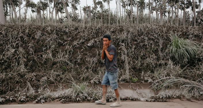 Homem cobre seu rosto em meio a cinzas expelidas pelo vulcão Fogo na Guatemala, em 4 de junho de 2018