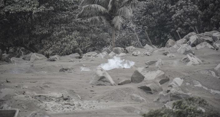 Comunidade San Miguel Los Lotes, coberta por cinzas após a erupção vulcânica na Guatemala, em 4 de junho de 2018