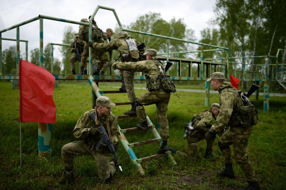 Além disso, os militares mostrarão suas capacidades de superar obstáculos, saltar de paraquedas e realizar vigilância