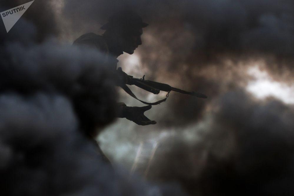 Um militar das tropas de reconhecimento superando obstáculos no polígono de treinamento da Escola Superior de Comando Militar de Novossibirsk