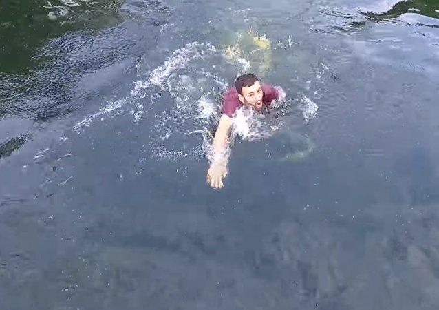 Resgate épico de drone sobre a água