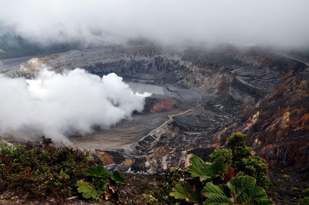 Fumaça se levanta da cratera do vulcão Poás na região central da Costa Rica