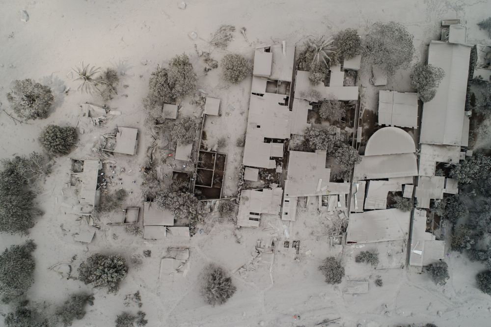 Prédios residenciais cobertos por cinzas lançadas pelo vulcão de Fogo, na Guatemala