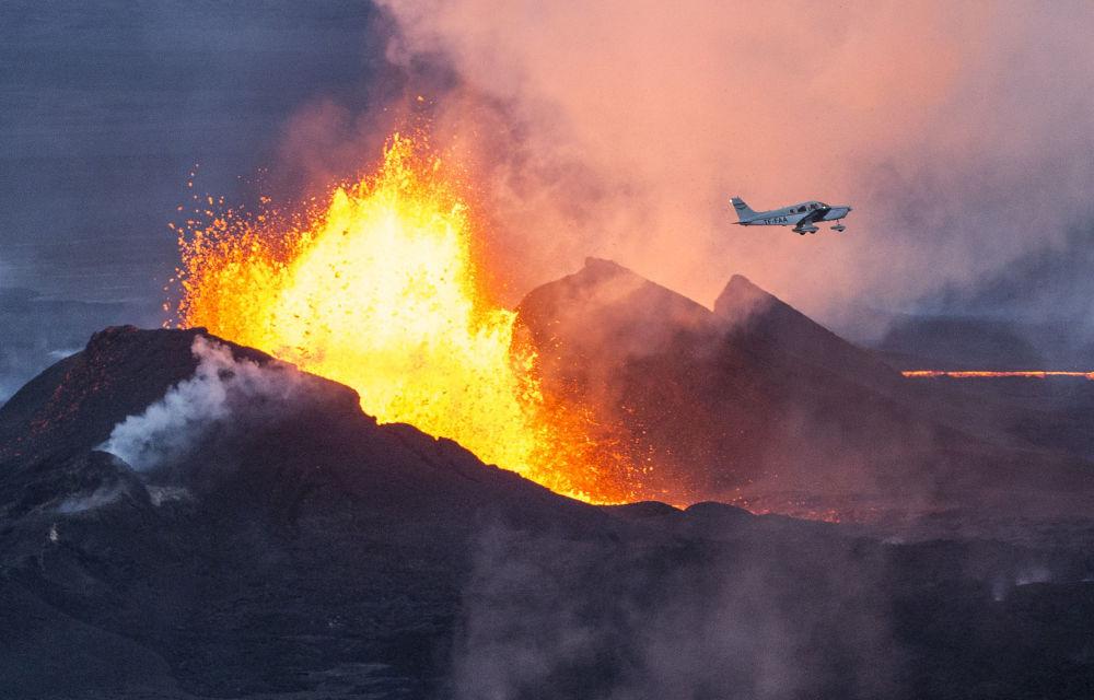 Na Islândia, avião sobrevoa, em proximidade extrema, vulcão Bárdarbunga em ação