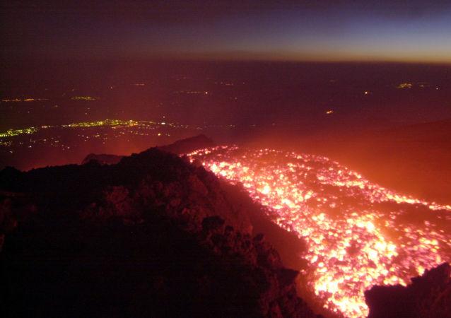 O vulcão Etna – situado nos arredores da comuna italiana de Catânia – entra em erupção (imagem referencial)