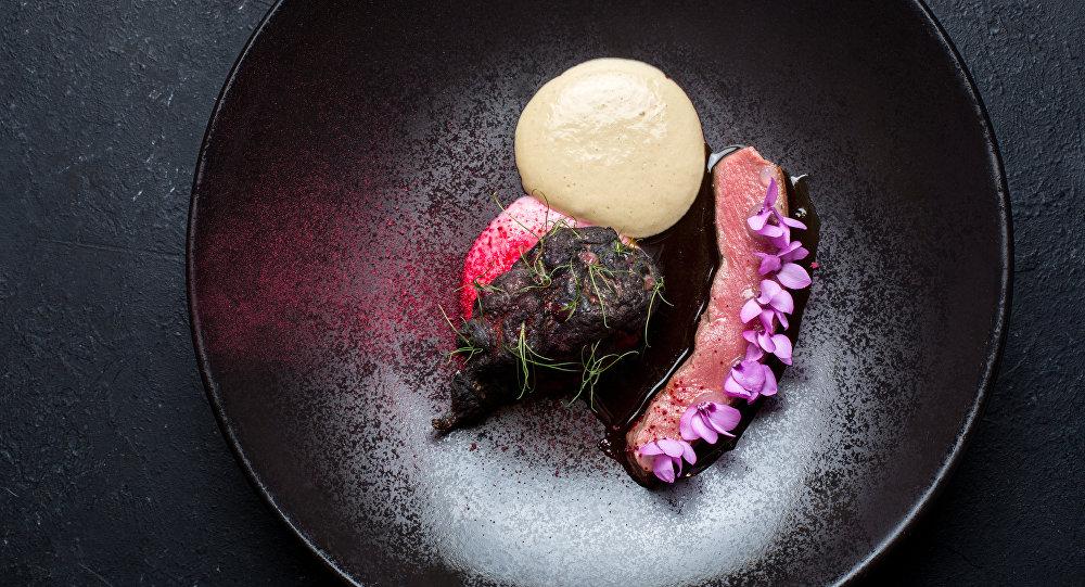 Lombo de carneiro com girassol batateiro assado e mousse de trufas do Restaurante Baran-Rapan