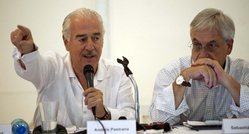 Ex-presidentes da Colômbia, Andrés Pastrana (esquerda) e do Chile, Sebastian Piñera (direita), durante um encontro organizado pelo Clube de Madrid em Porto Príncipe