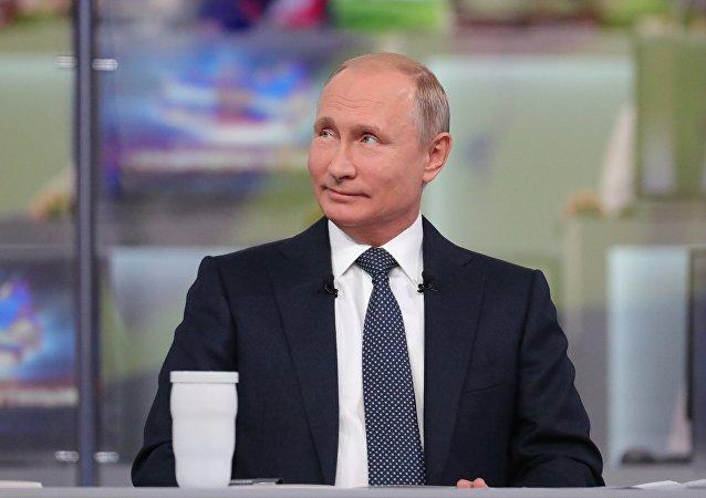 Vladimir Putin respondendo durante a Linha Direta, 7 de junho de 2018