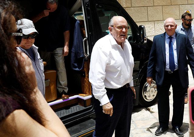 O advogado do presidente dos EUA, Donald Trump, Rudy Giuliani, chega antes de uma visita ao Centro Médico Hadassah, em Jerusalém.