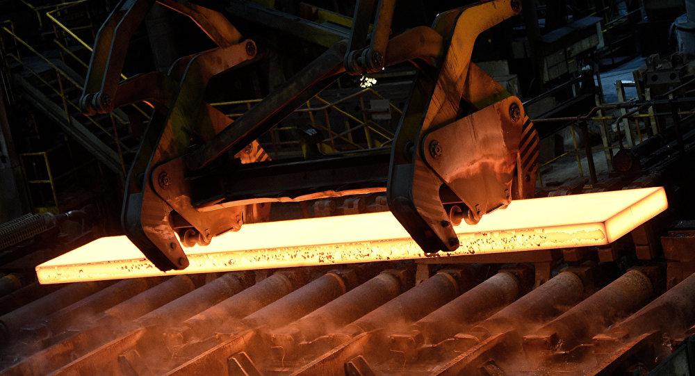 Aço é manipulado por operário em usina na fábrica siderúrgica alemã Salzgitter AG, em Salzgitter, Baixa Saxônia, em 3 de março de 2016