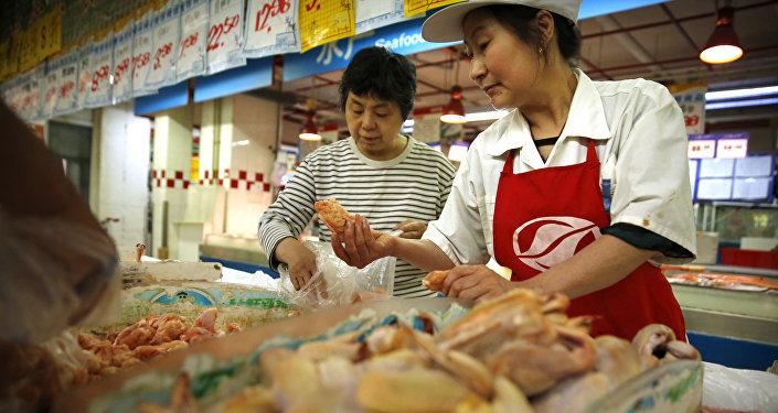 Frango comercializado em um supermercado de Pequim, China (arquivo)