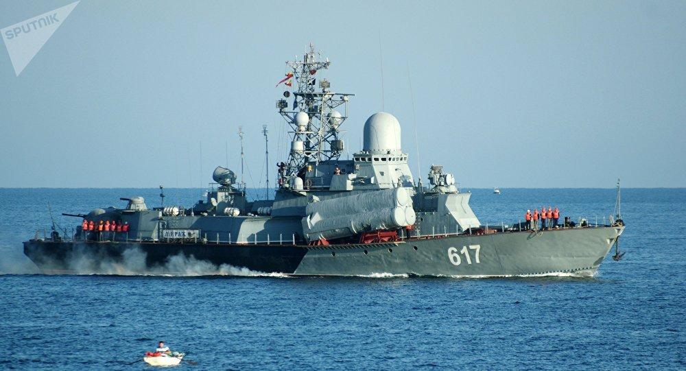 Navio de mísseis ligeiro Mirazh da Frota do Mar Negro da Rússia em Sevastopol
