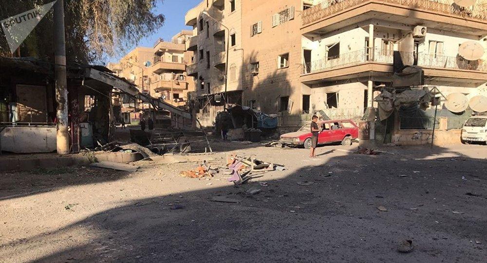 Rescaldo de ataques de artilharia em Al-Qusur, um bairro na cidade síria de Deir ez-Zor.