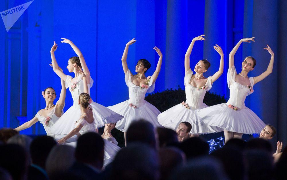 Artistas atuando no XII festival internacional A Grande Palavra Russa, na Crimeia.