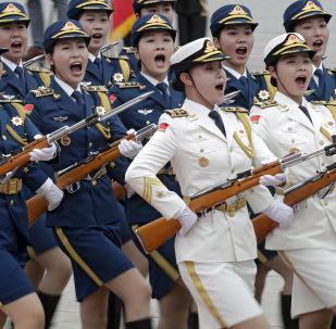 Guarda de honra feminina na cerimônia de boas-vindas ao presidente do Quirguistão, Sooronbay Jeenbekov, em Pequim.
