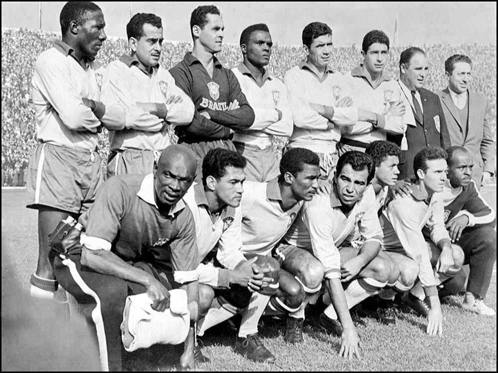 O time de futebol brasileiro posa para uma foto, 17 de junho de 1962, em Santiago, Chile, antes da partida final da Copa do Mundo, onde o Brasil derrotou a Tchecoslováquia, conquistando seu segundo título mundial.