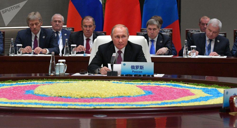 O presidente russo, Vladimir Putin, durante o encontro com o seu homólogo chinês, Xi Jinping, e o presidente da Mongólia, Khaltmaagiin Battulga, nas margens da cúpula da Organização de Cooperação de Xangai, na cidade chinesa de Qingdao