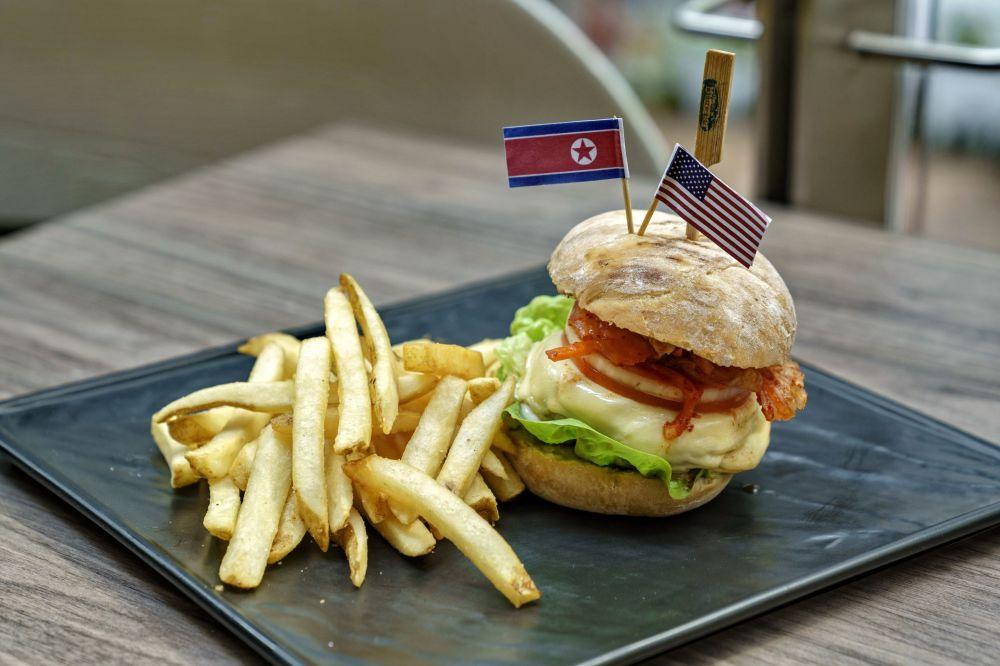 Burger com kimchi em um dos restaurantes singapurianos, com apresentação dedicada à histórica cúpula entre Donald Trump e Kim Jong-un, que ocorrerá em 12 de junho