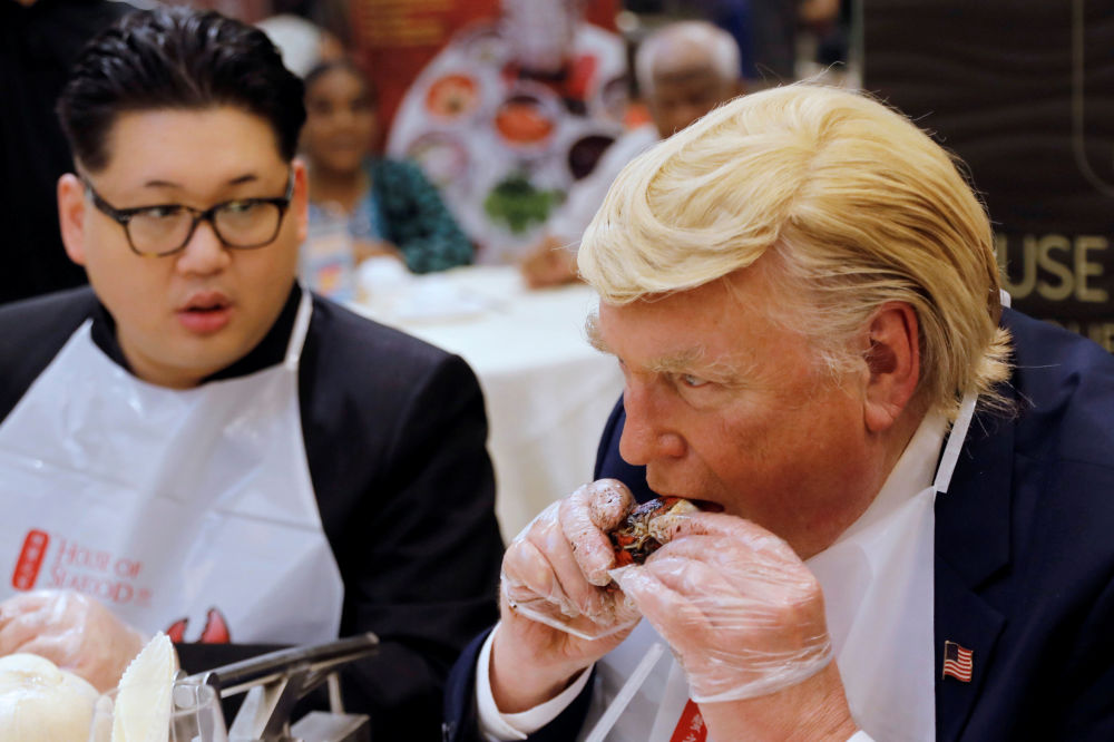 Sósias de Donald Trump e Kim Jong-un comem em um restaurante em Singapura, nas vésperas da histórica cúpula bilateral, que ocorrerá em 12 de junho
