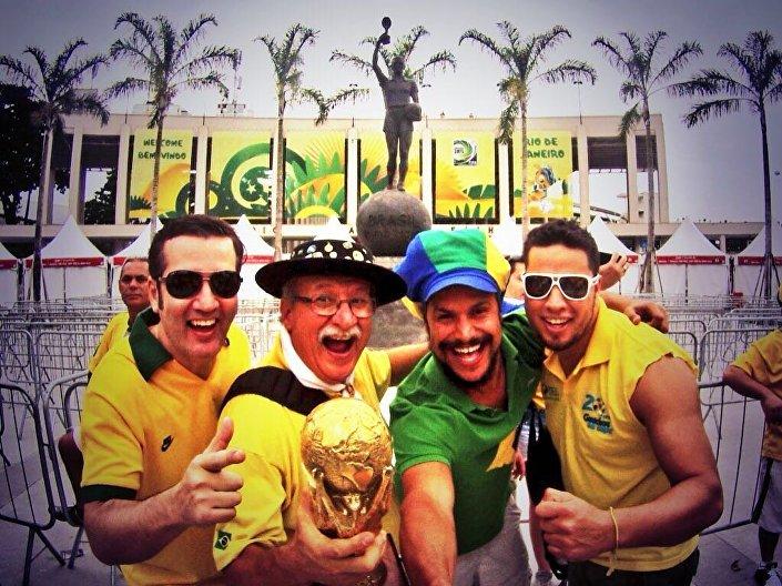 Clovis Fernandes, conhecido como Gaúcho da Copa, junto com outros torcedores do Brasil