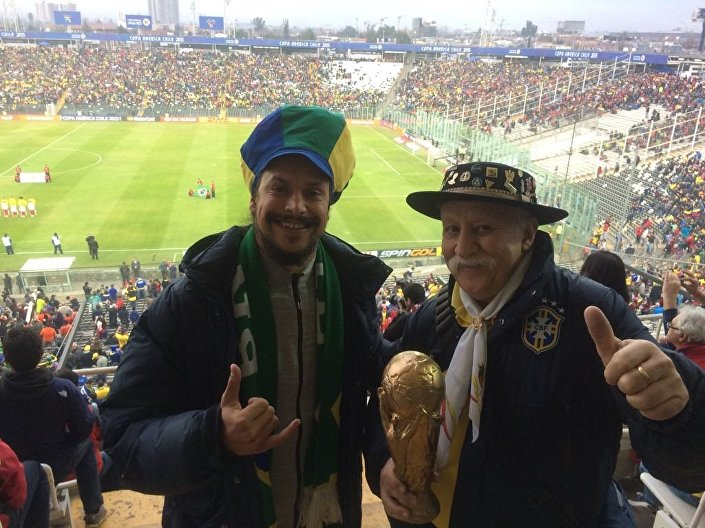Clovis Fernandes, el célebre hincha brasileño conocido como Gaúcho da Copa, junto a su hijo Frank