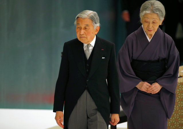 O imperador do Japão, Akihito, acompanhado pela imperatriz Michiko, deixa o  memorial comemorativo do 70º aniversário do fim da Segunda Guerra Mundial.