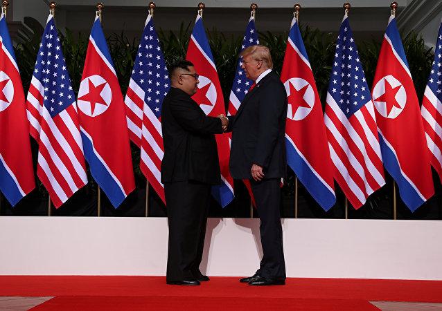 Trump e Kim iniciam encontro histórico com aperto de mão