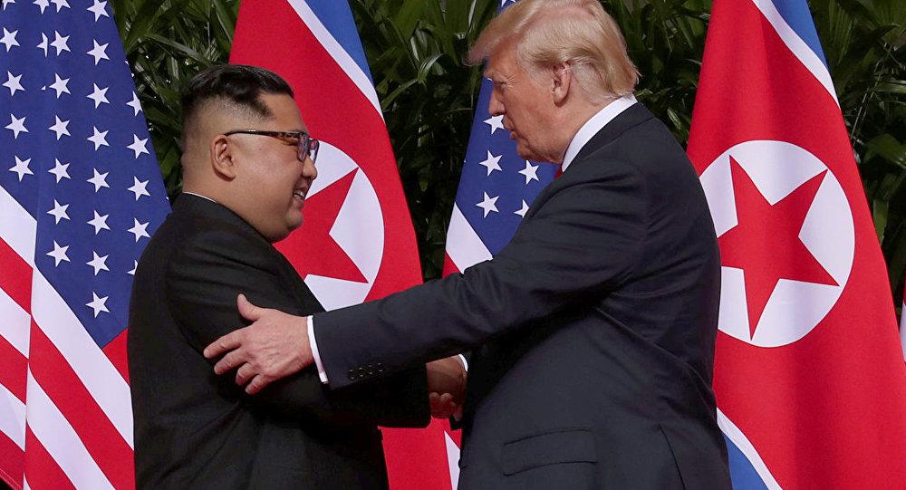 Donald Trump e Kim Jong-un se cumprimentam antes de reunião histórica em Singapura