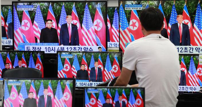 Habitante da capital sul-coreana, Seul, assiste à transmissão da cúpula histórica entre Donald Trump e Kim Jong-un em Singapura, em 12 de junho de 2018