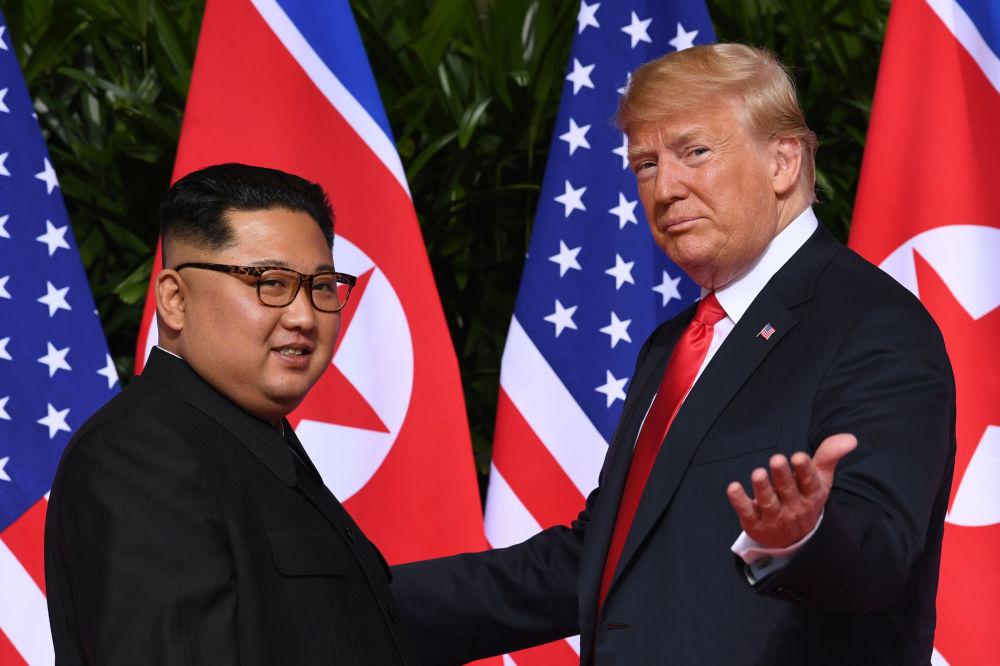 Líder norte-coreano, Kim Jong-un, e o presidente estadunidense, Donald Trump, se encontram pela primeira vez durante a cúpula histórica em Singapura, em 12 de junho de 2018