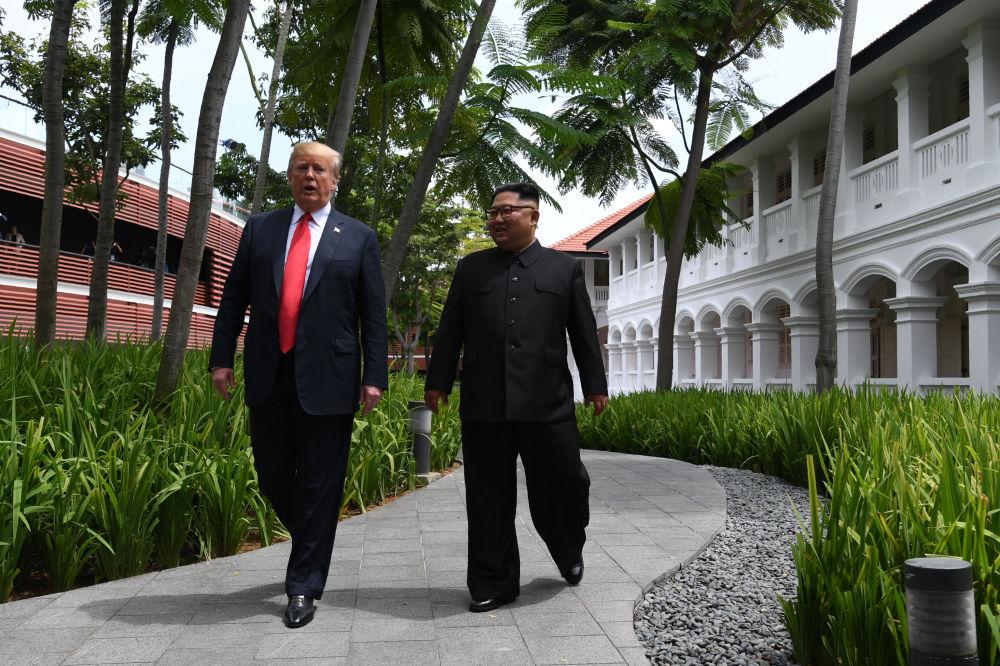 Líder norte-coreano, Kim Jong-un, e o presidente estadunidense, Donald Trump, passeiam pelo pátio do hotel Capella após o almoço de negócios, durante a cúpula histórica em Singapura, em 12 de junho de 2018