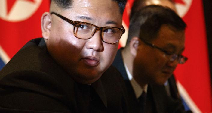 Líder norte-coreano, Kim Jong-un, durante a sessão de fotos no âmbito da cúpula histórica entre os EUA e a Coreia do Norte em Singapura, em 12 de junho de 2018
