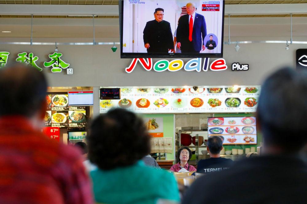 Residentes de um bairro coreano em Los Angeles, nos EUA, assistem à transmissão da cúpula histórica entre Donald Trump e Kim Jong-un em Singapura, em 12 de junho de 2018