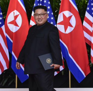 Líder norte-coreano, Kim Jong-un, e o presidente estadunidense, Donald Trump, posam para os fotógrafos após a assinatura do documento conjunto na cúpula histórica em Singapura, em 12 de junho de 2018