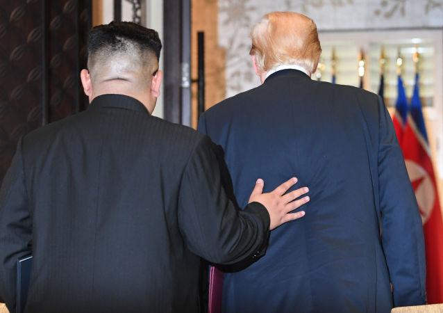 Líder norte-coreano, Kim Jong-un, e o presidente estadunidense, Donald Trump, deixam a sala após assinar o documento conjunto durante a cúpula histórica em Singapura, em 12 de junho de 2018