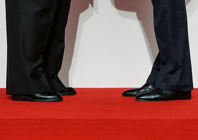 Pernas de Donald Trump e de Kim Jong-un durante a cúpula entre os dois líderes em Singapura