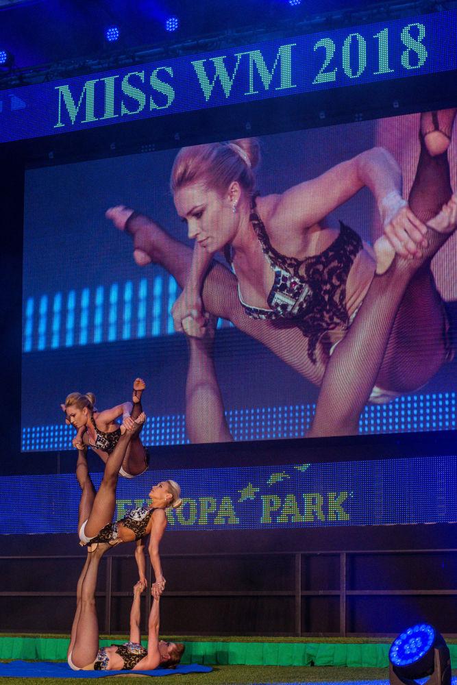 Mulheres demonstram todas suas habilidades acrobáticas durante concurso Miss Copa do Mundo de 2018