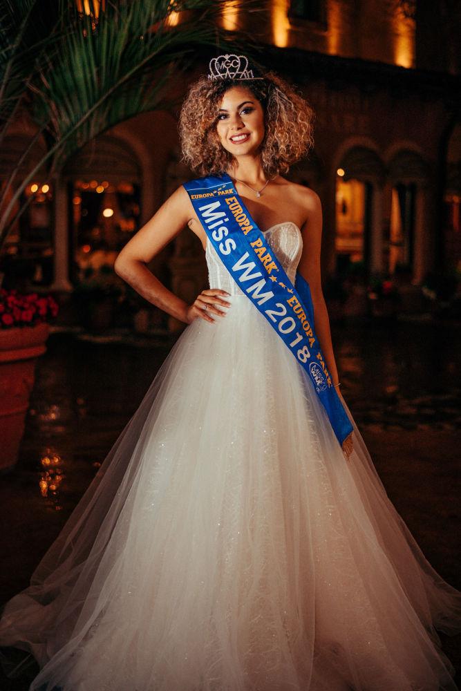 Belga encantadora com cabelo encaracolado vence o concurso de beleza Miss Copa do Mundo de 2018
