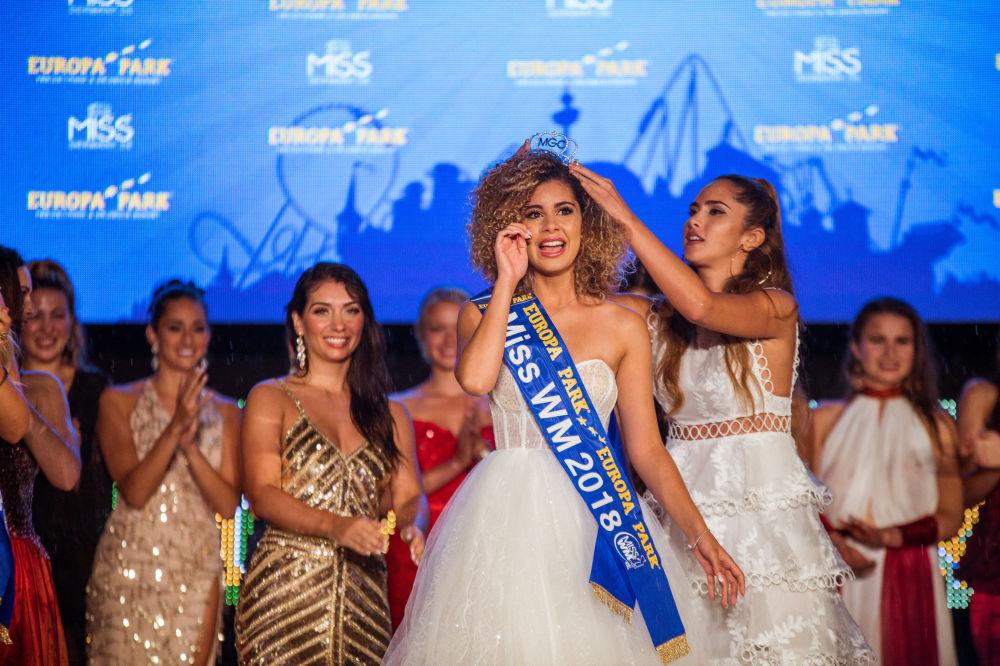 Zoé Brunet recebe a coroa da Miss Copa do Mundo de 2018 celebrado na Alemanha